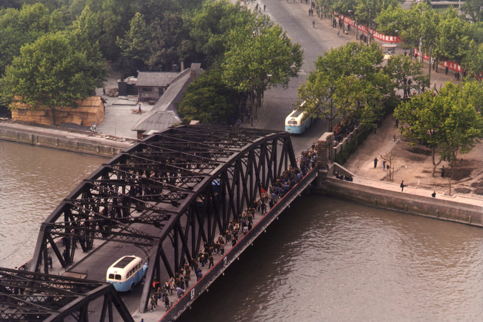shanghai-1973-pont-parc-drapeaux-t